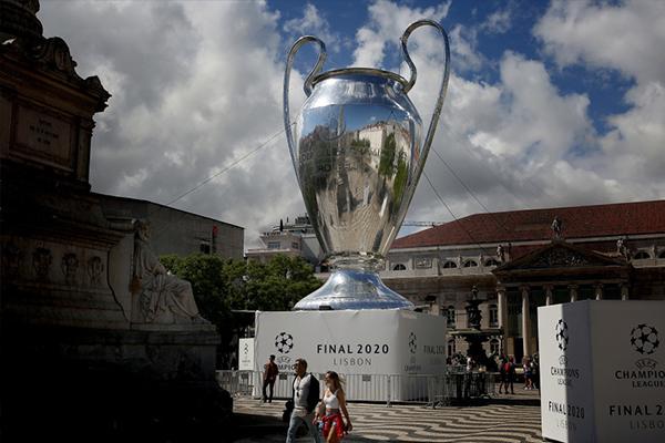 巨型欧冠冠军奖杯也让无数球迷拍照留念