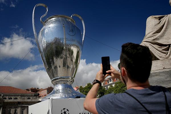葡萄牙里斯本展览欧冠冠军奖杯 球迷纷纷拍照留念
