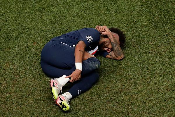 比赛结束后内马尔掩面哭泣!内马尔想带领球队获得欧冠冠军!