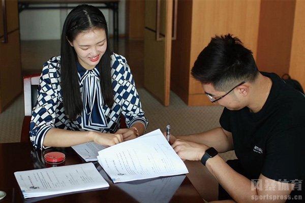 吴冠希与江苏男篮完成续约 未婚妻张常宁陪同签约