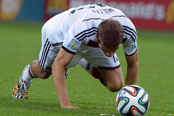 穆勒任意球遭嘲笑 穆勒摔倒仍然是未解之谜