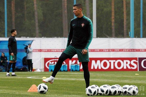 C罗跟随葡萄牙国家队训练