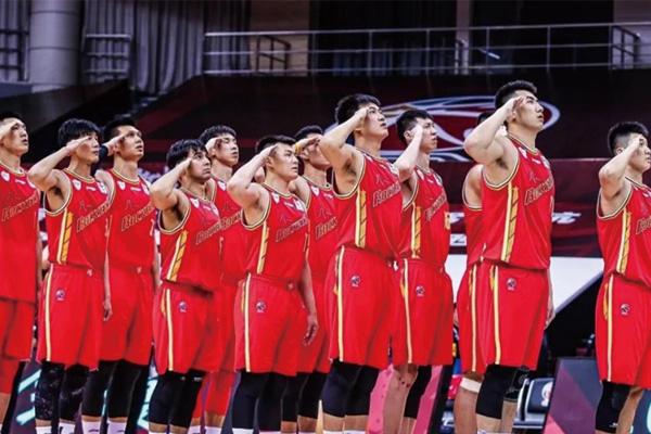八一男篮队员敬礼图片