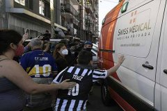 <b>马拉多纳出院 球迷记者疯狂围堵救护车</b>