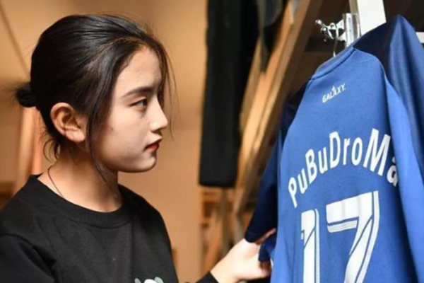 <b>藏族女孩在男子足球队当队长 曾因性别被拒绝登场</b>