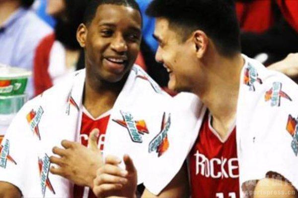 姚明在刚加盟NBA的时候被马布里晃倒