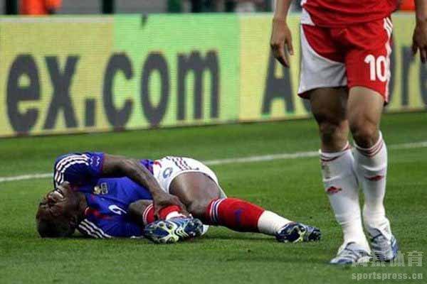 郑智曾在国际友谊赛之中踢断西塞的腿