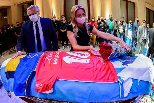 殡葬工与马拉多纳遗体合影被解雇 是什么原因导致的?