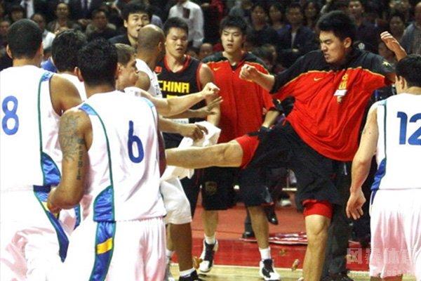 在2010年中国男篮对战巴西男篮两队大打出手