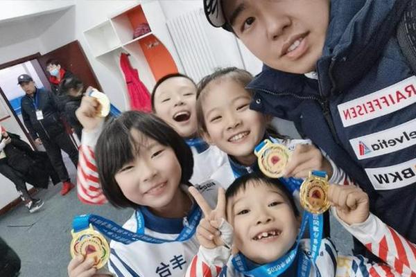 8岁女孩短道速滑摔倒勇追夺冠 是什么原因导致的?