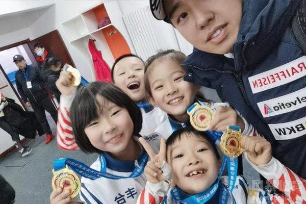 8岁女孩短道速滑摔倒勇追夺冠