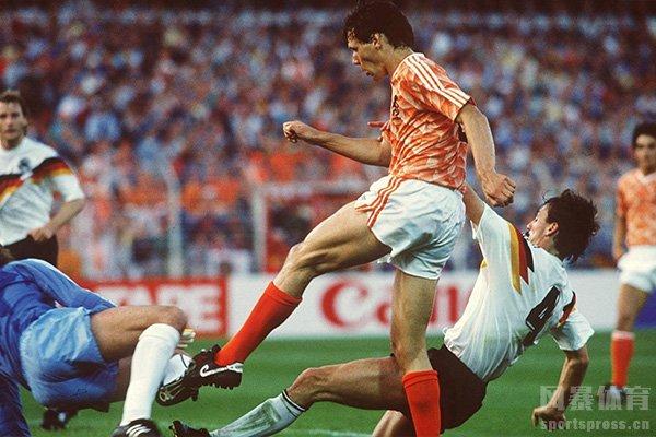 范巴斯滕在1988年欧洲杯实现零角度破门