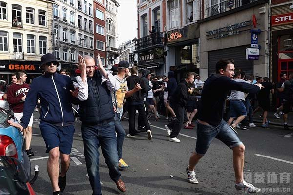 2016欧洲杯俄罗斯球迷和英国球迷斗殴