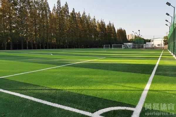 很多喜爱足球运动的人也是有了更多的场地去运动