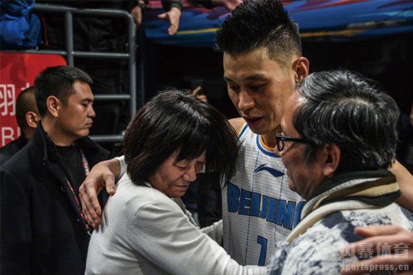 林书豪与父母相拥