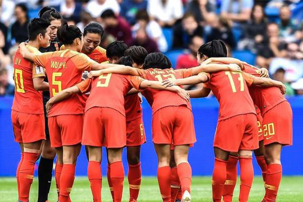 中国球迷女足赛后主动清理垃圾 为中国球迷点赞