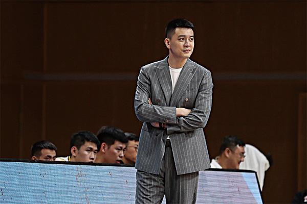 CBA主帅杨鸣回应出轨传闻!发律师声明否认出轨