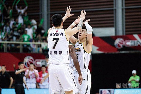 辽宁队庆祝比赛胜利