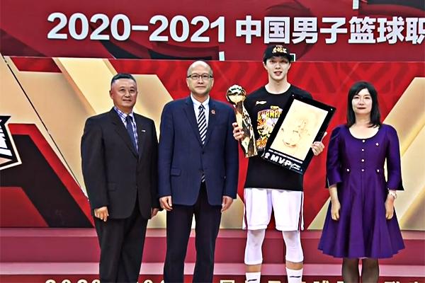 胡明轩夺得CBA总决赛MVP!助球队成功卫冕捧起队史第十一冠