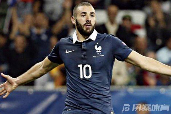 本泽马放身着法国队10号球衣图片