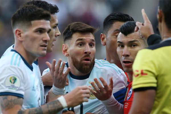 在2019美洲杯三四名争夺的时候,面对智利队梅西最终吃到了红牌