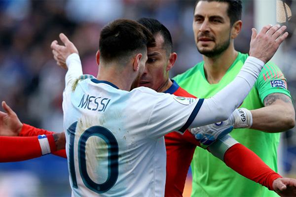 在2019美洲杯的战场上,梅西也曾经吃到红牌