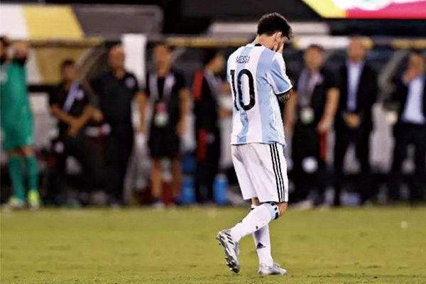 梅西美洲杯踢飞点球图片