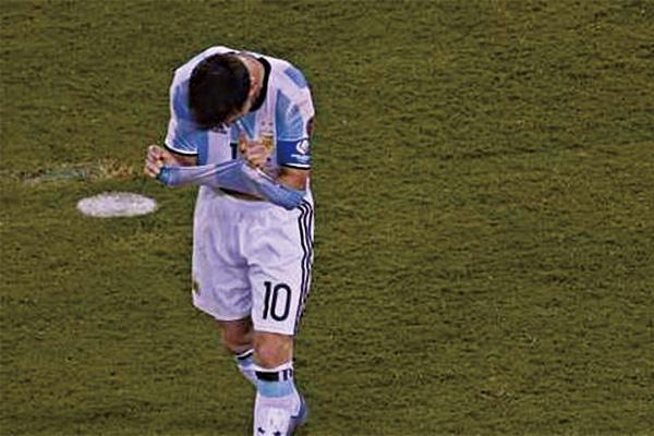 梅西美洲杯踢飞点球瞬间