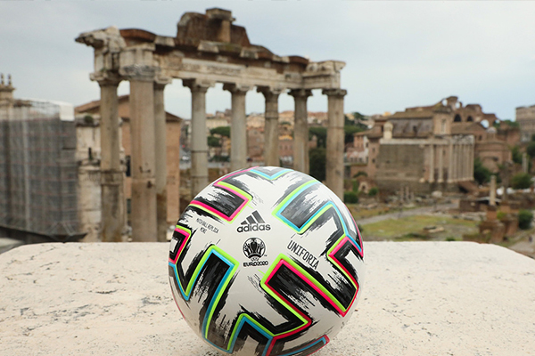 2021欧洲杯比赛用球目前在罗马街头展示