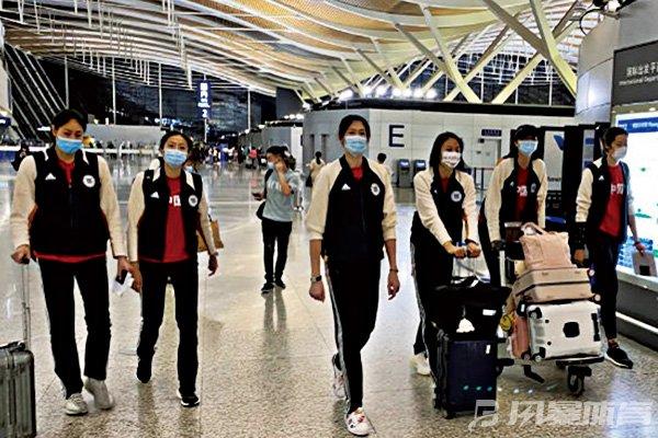 六位主力队员抵达机场
