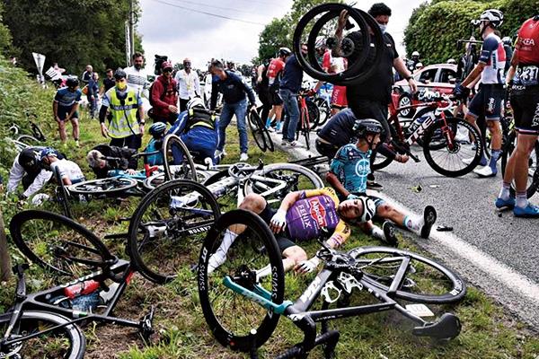 环法自行车赛上选手大面积撞车!因粉丝闯入赛道拍照所致