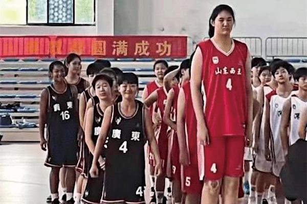 14岁女孩身高226cm追平姚明!U15联赛狂砍42分25个篮板6盖帽