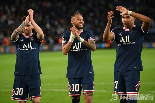 巴黎队员庆祝比赛胜利