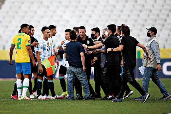巴西阿根廷比赛8分钟被迫中断!引发梅西抱怨