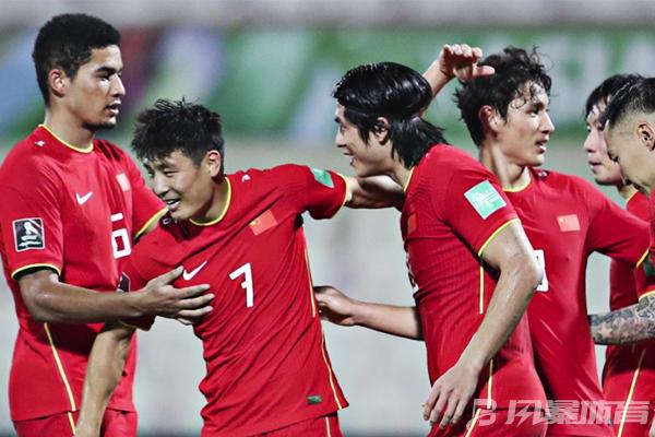 国足队员庆祝胜利